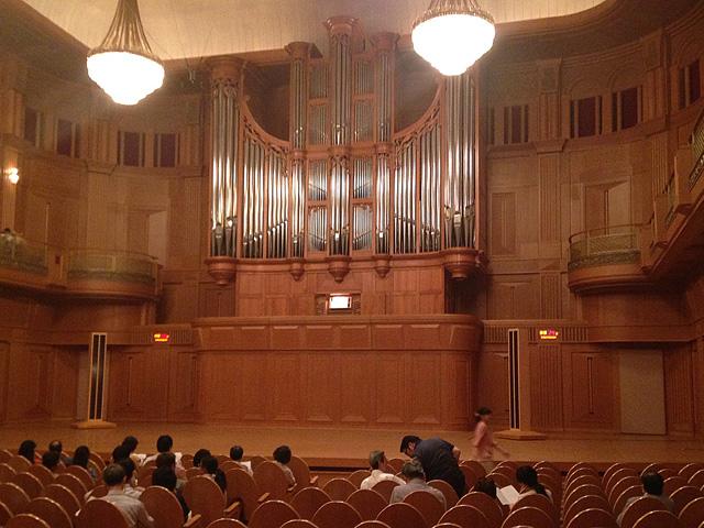 いずみホールにて、バッハ・オルガン演奏会途中休憩時の様子