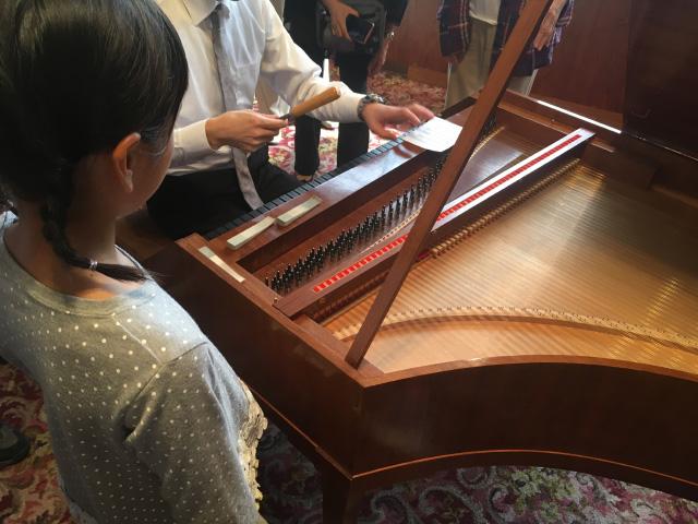 フォルテピアノの調律を覗き込む娘